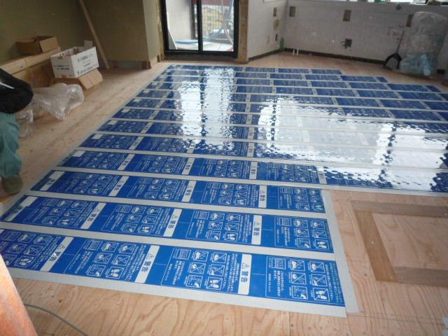 今回電気の床暖房も採用し、下の階に音が響かない防音のフローリングで  全面張り替えをしています。