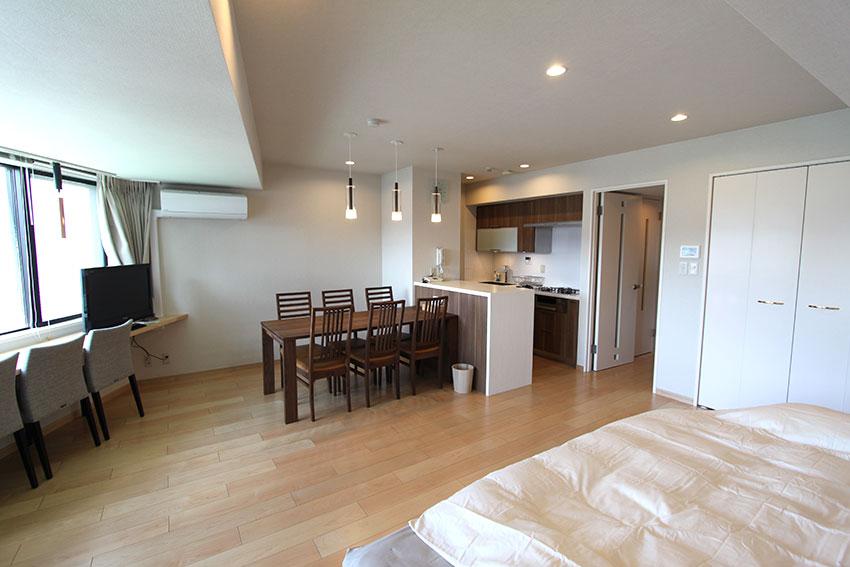 今まで和室があって細く仕切られていたところを取り払い、広い洋室として  白を基調とした空間になっています。