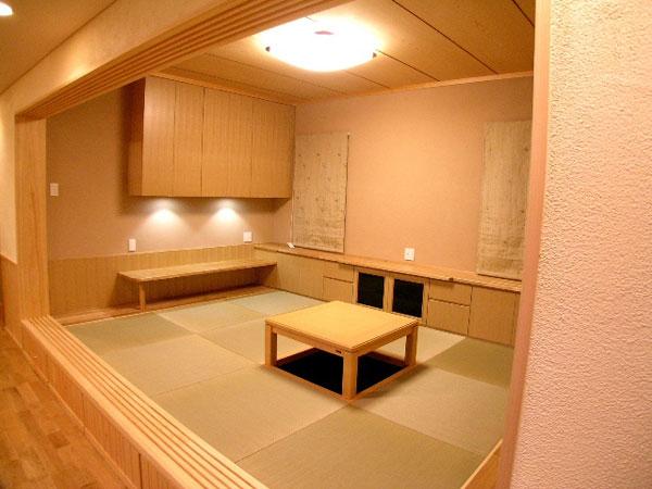 和室は小上がりにし、障子で仕切りも可能。縁なし畳でモダンに。壁はワラ入り珪藻土で落ち着いた雰囲気に。和室下には踏み台と収納が隠れています。