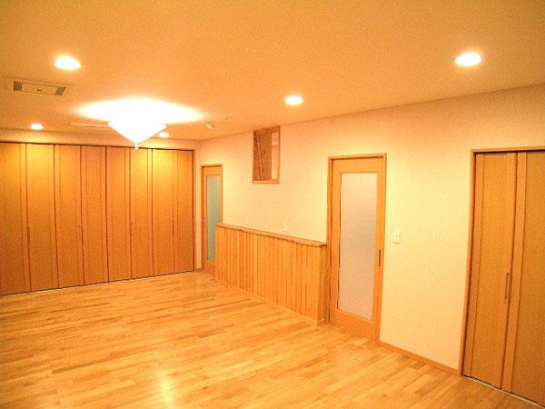 寝室にはウォークインクローゼットをはじめ、大容量収納を実現しました。 壁と天井は布クロス(すっぴんクロス)で、化学物質を含まないでんぷん糊で貼っています。