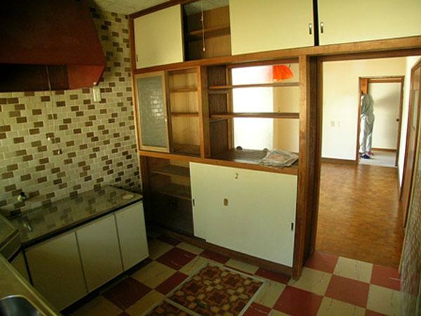 改修前のキッチン。 狭くて暗いスペースでした。