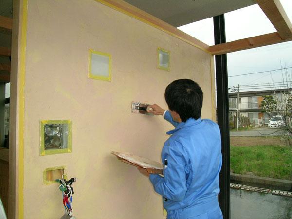 壁の珪藻土も、私たちスタッフが初挑戦!!