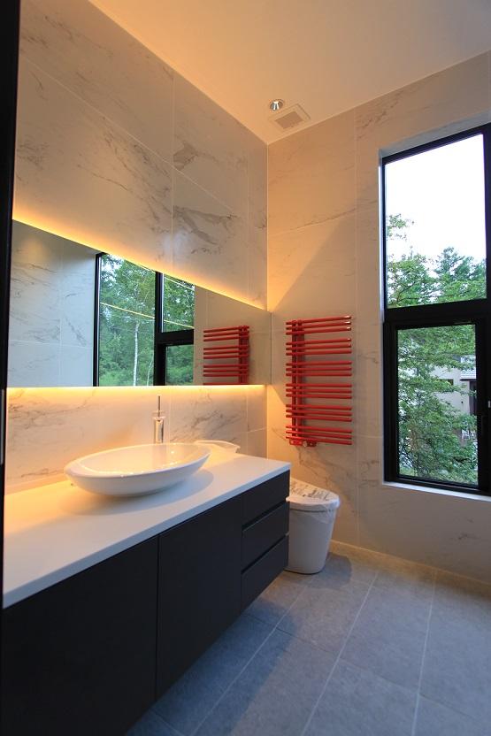 赤いヒーターがポイントとなるトイレ