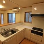 ダイニングと和室が見渡せる対面式キッチン