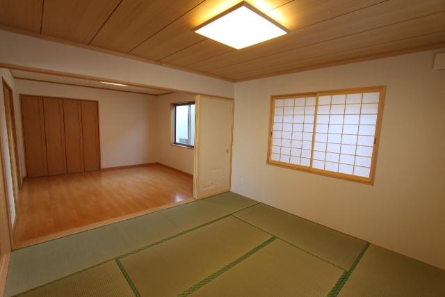 襖を開くと繋がる2Fの和室と洋室