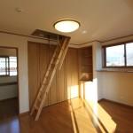 2階洋室から小屋裏収納へ