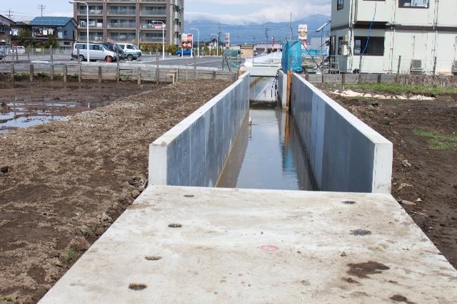 コンクリートの水路部分が、付け替えられた裏川