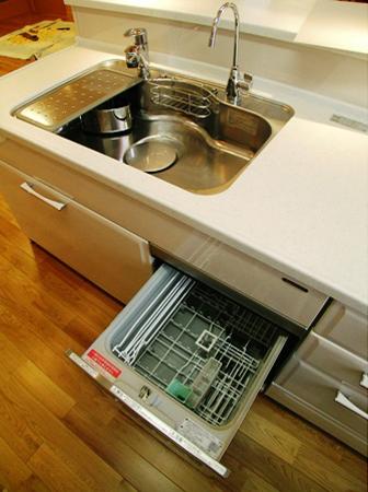シンクの左下に食器洗い乾燥機を配置。